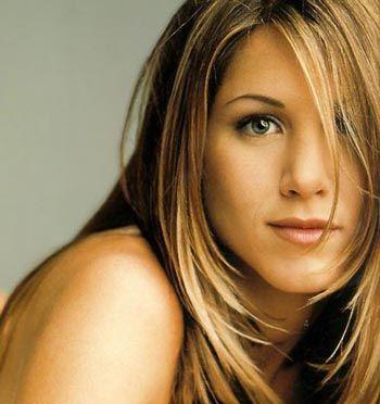 Jennifer Aniston: Gözlüksüz asla!   Jennifer Aniston, Los Angeles'ta ne zaman dışarıya çıksa onunla adeta bütünleşmiş olan gözlükleriyle mavi gözlerini gizliyor.